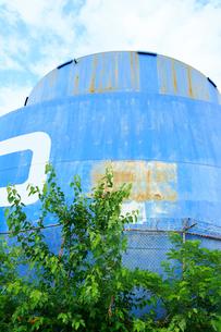 ブルックリンの石油タンクと新緑と雲の写真素材 [FYI01569941]