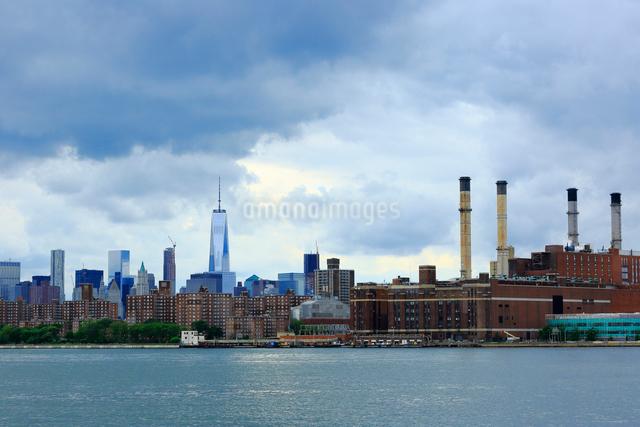 ブルックリンから望むイーストリバーとマンハッタンの写真素材 [FYI01569946]