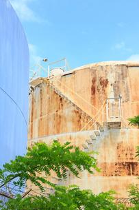 ブルックリンの石油タンクと新緑の写真素材 [FYI01569951]