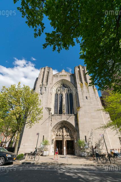 セントラルパークイースト 五番街に建つ教会と新緑の写真素材 [FYI01569978]
