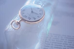 ビンの上の懐中時計の写真素材 [FYI01569980]