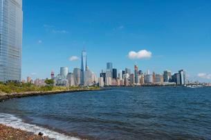 ニュージャージーの高層ビルとマンハッタン摩天楼の写真素材 [FYI01570025]
