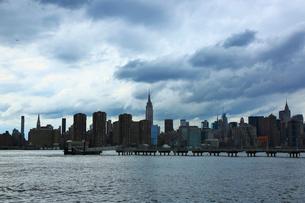 ブルックリンから望むイーストリバーとマンハッタンの写真素材 [FYI01570035]