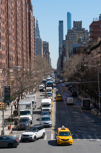 23丁目ストリートに立ち並ぶアパートの列と交通 チェルシー ミッドタウン マンハッタ ンの写真素材 [FYI01570051]
