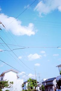 白い雲と青空の下の住宅街の写真素材 [FYI01570145]