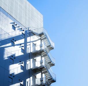 朝日に輝くビル側壁の非常階段の写真素材 [FYI01570209]