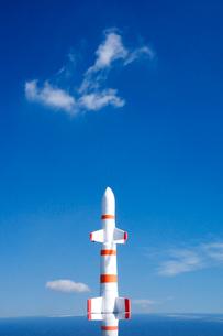 青空とロケットの写真素材 [FYI01570283]