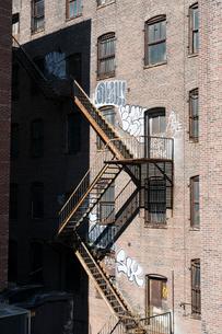 マンハッタン チェルシー地区のビルの非常階段と落書きの写真素材 [FYI01570331]