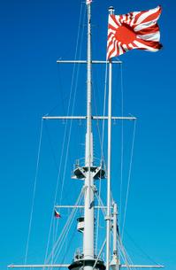 青空を背景にした戦艦三笠の海軍旗の写真素材 [FYI01570349]