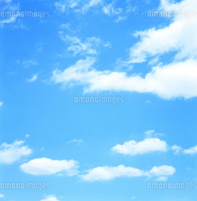 白い雲を浮かべる青空の写真素材 [FYI01570367]