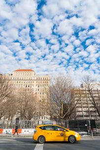 空を覆う鱗雲とタクシー マンハッタンの写真素材 [FYI01570372]