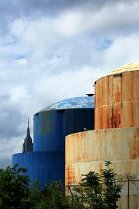 ブルックリンの石油タンクとエンパイヤービルと雲の写真素材 [FYI01570420]