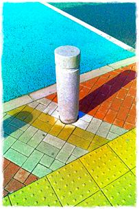 高速道路サービスエリアのカラフルな塗装の歩道の写真素材 [FYI01570469]