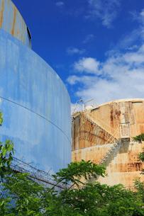 ブルックリンの石油タンクと新緑と雲の写真素材 [FYI01570540]