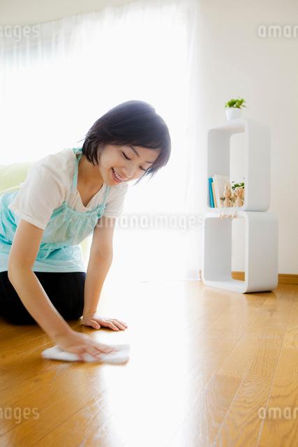 床を拭く日本人女性の写真素材 [FYI01570567]