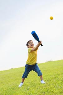 野球をする男の子の写真素材 [FYI01570653]