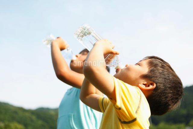 水を飲む弟と姉の写真素材 [FYI01570766]