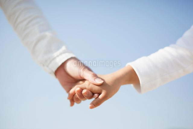 手をつなぐ日本人の母と娘の手元の写真素材 [FYI01570797]