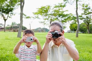 並んで写真を撮る祖父と孫の写真素材 [FYI01570809]