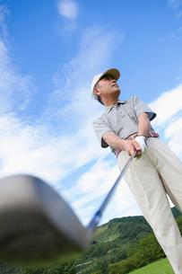 ゴルフをする日本人シニア男性の写真素材 [FYI01570860]