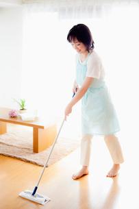 床を掃除する日本人女性の写真素材 [FYI01570890]