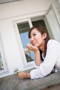 カフェで微笑む日本人女性の写真素材 [FYI01570979]