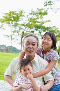 日本人の祖父と姉と弟の写真素材 [FYI01571040]