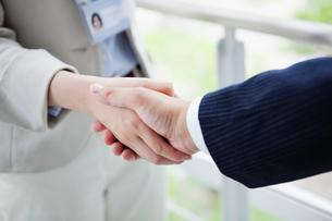 握手をする男性と女性の手のアップの写真素材 [FYI01571073]