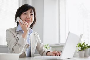電話で話す日本人のビジネスウーマンの写真素材 [FYI01571150]