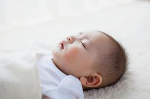眠る赤ちゃんの寝顔の写真素材 [FYI01571151]