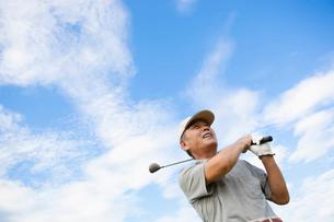 ゴルフをする日本人シニア男性の写真素材 [FYI01571152]