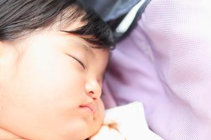 幼い女の子の寝顔のアップの写真素材 [FYI01571189]