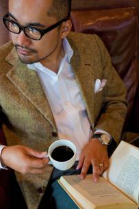 読書をする日本人男性の写真素材 [FYI01571245]