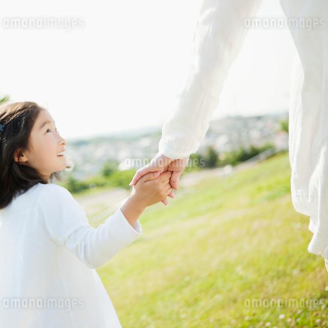 手をつなぐ日本人の母と娘の写真素材 [FYI01571260]