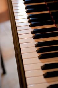 ピアノの鍵盤の写真素材 [FYI01571298]