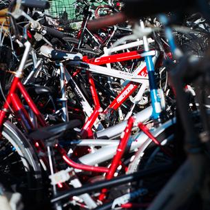 放置自転車置き場の赤い自転車の写真素材 [FYI01571322]