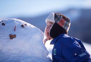 雪だるまと日本人の子供の写真素材 [FYI01571329]