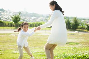 手をつなぐ日本人の母と娘の写真素材 [FYI01571337]
