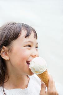アイスクリームを食べるハーフの女の子の写真素材 [FYI01571339]
