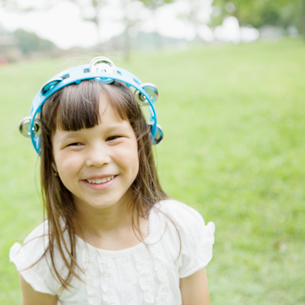 タンバリンを頭にかぶったハーフの女の子の写真素材 [FYI01571426]
