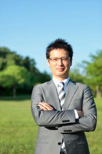 腕を組む日本人ビジネスマンの写真素材 [FYI01571450]
