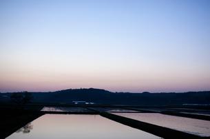 夕暮れの田園風景の写真素材 [FYI01571546]