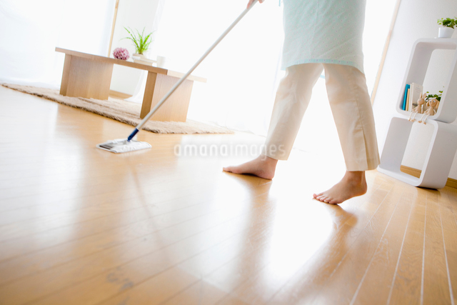 床を掃除する日本人女性の足元の写真素材 [FYI01571559]