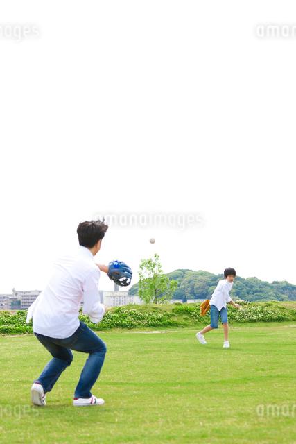 キャッチボールをする日本人の父と息子の写真素材 [FYI01571593]