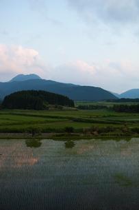山並みと田園風景の写真素材 [FYI01571601]