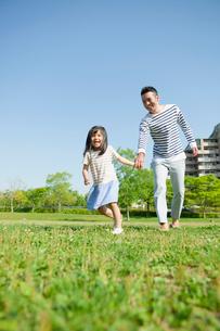 公園で遊ぶ父と娘の写真素材 [FYI01571628]