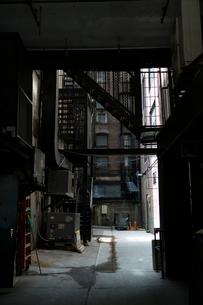 マンハッタン ビルの合間とファイヤーエスケープの写真素材 [FYI01571641]