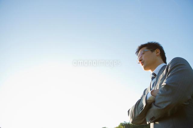 青空の下の日本人ビジネスマンの写真素材 [FYI01571691]