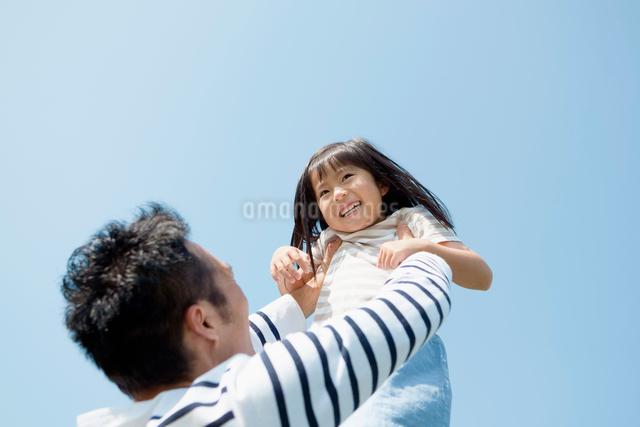 娘を抱き上げる父親の写真素材 [FYI01571709]