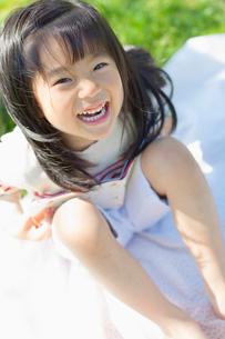 シートに座って笑う女の子の写真素材 [FYI01571752]
